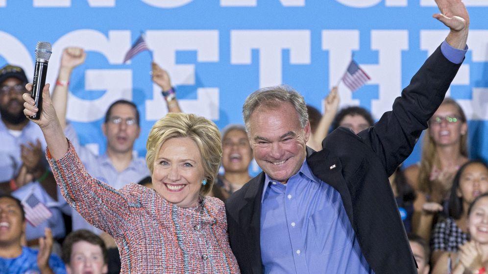 Foto: Una imagen de archivo de Hillary Clinton junto al senador de Virginia Tim Kaine. (EFE)