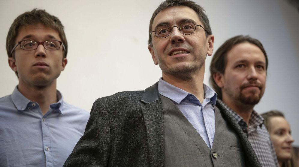 Foto: El número tres de Podemos, Juan Carlos Monedero, acompañado de Pablo Iglesias e Íñigo Errejón. (Efe)