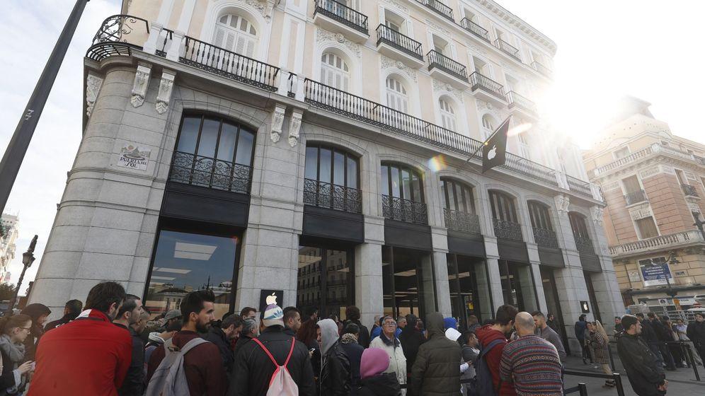 Foto: Colas multitudinarias en Madrid para comprar un iPhone X. (EFE)