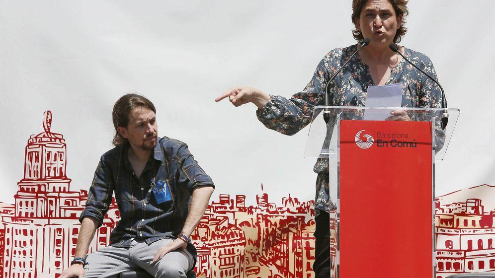 Foto: La alcaldesa de Barcelona, Ada Colau, y el secretario general de Podemos, Pablo Iglesias, en un acto en Barcelona. (Efe)