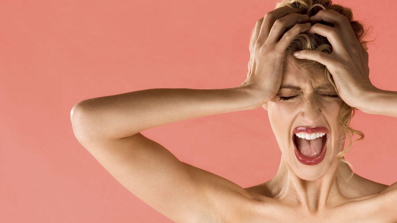 Foto: Ella sobreactúa, pero lo cierto es que el 90% de las personas afectadas experimentan náuseas y vómitos durante los episodios de dolores de cabeza. (iStock)