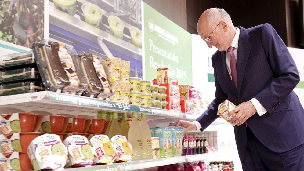 Foto: Juan Roig con una muestra de productos en la presentación de resultados de 2015. (EFE)