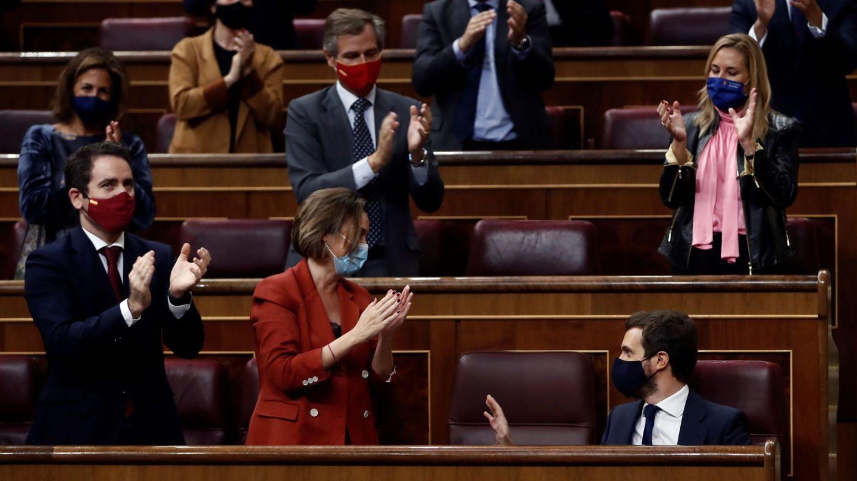 El líder del PP, Pablo Casado, es ovacionado por los miembros de su grupo parlamentario. (EFE)