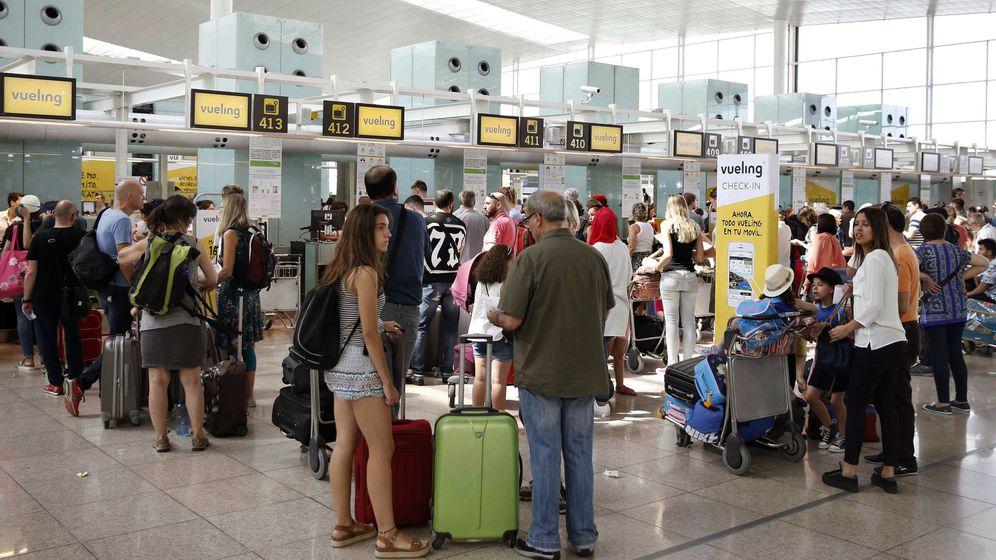 Foto: Colas en los mostradores de Vueling en El Prat. (EFE)