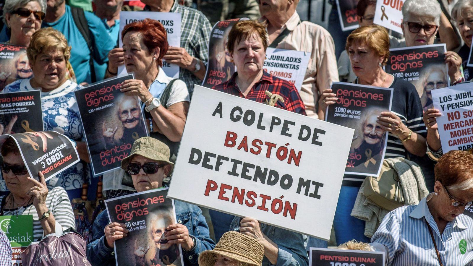 Foto: Concentración convocada en Bilbao por los colectivos de jubilados para reivindicar unas pensiones dignas.