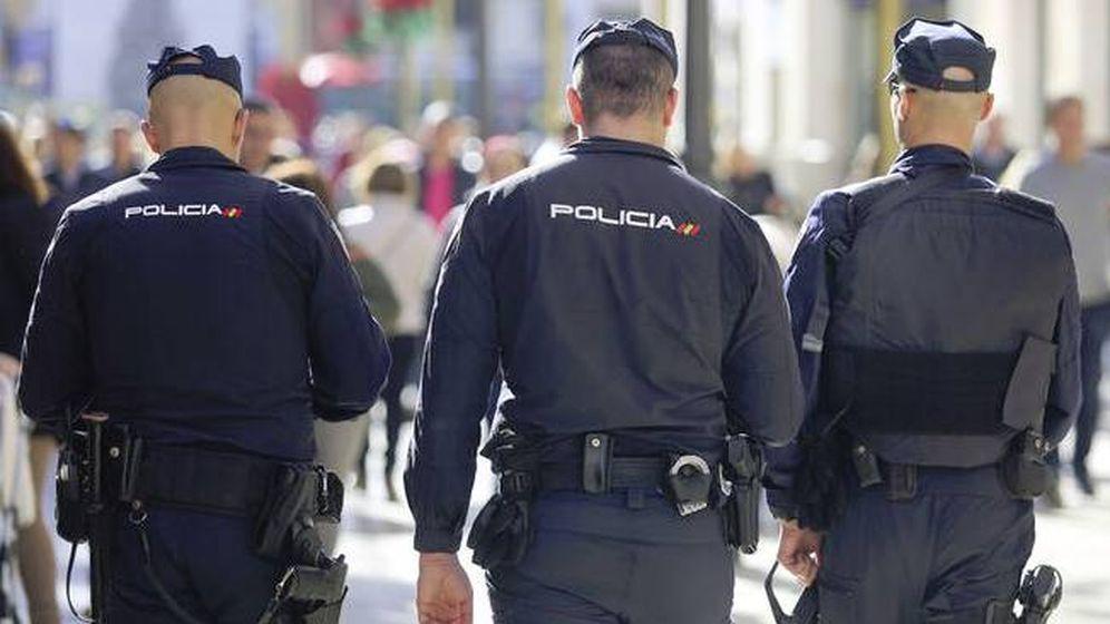Foto: Tres agentes de la Policía Nacional.
