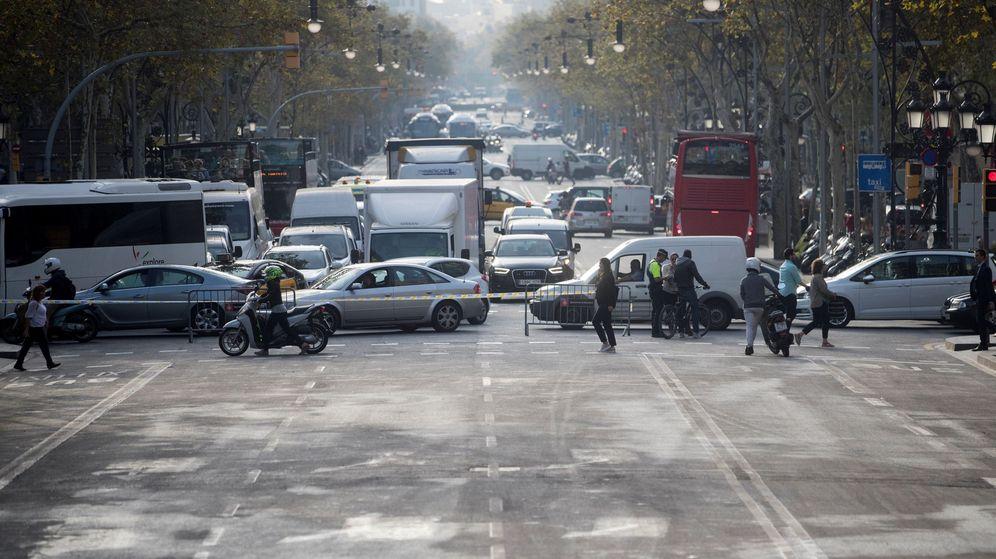 Foto: El tráfico de la Diagonal, cortado para efectuar labores de limpieza tras una manifestación independentista. (EFE)