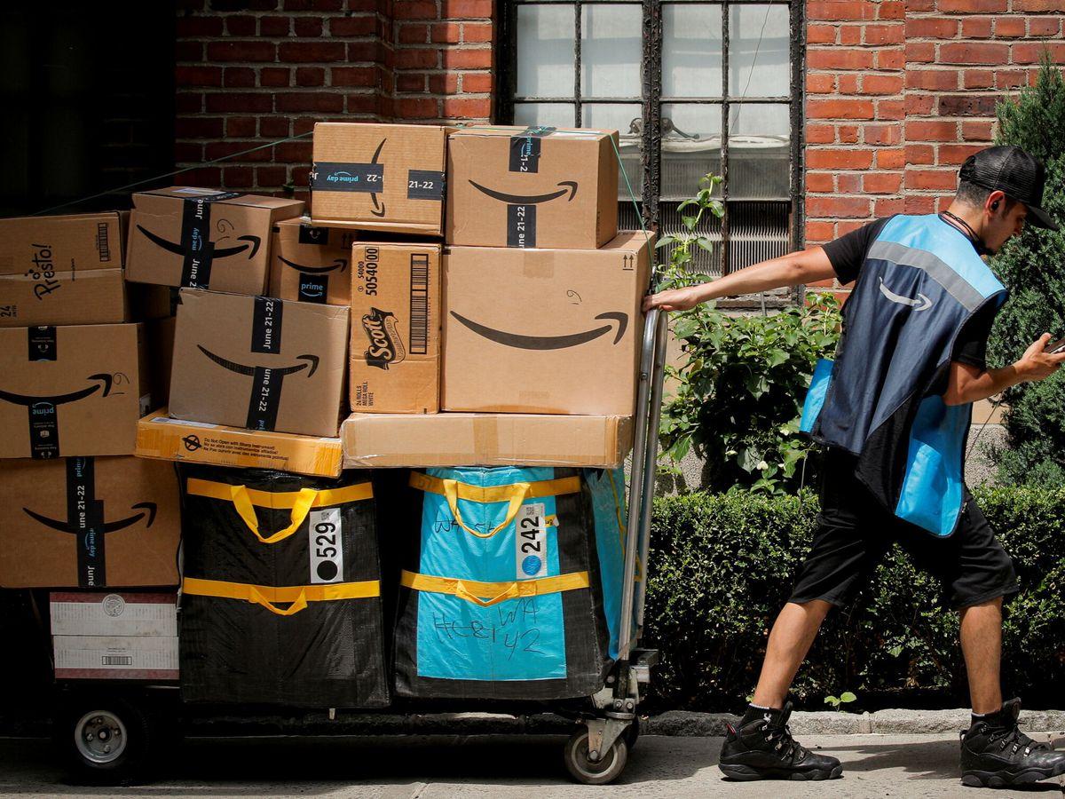 Foto: Un trabajador de Amazon en Nueva York (EEUU). (Reuters)