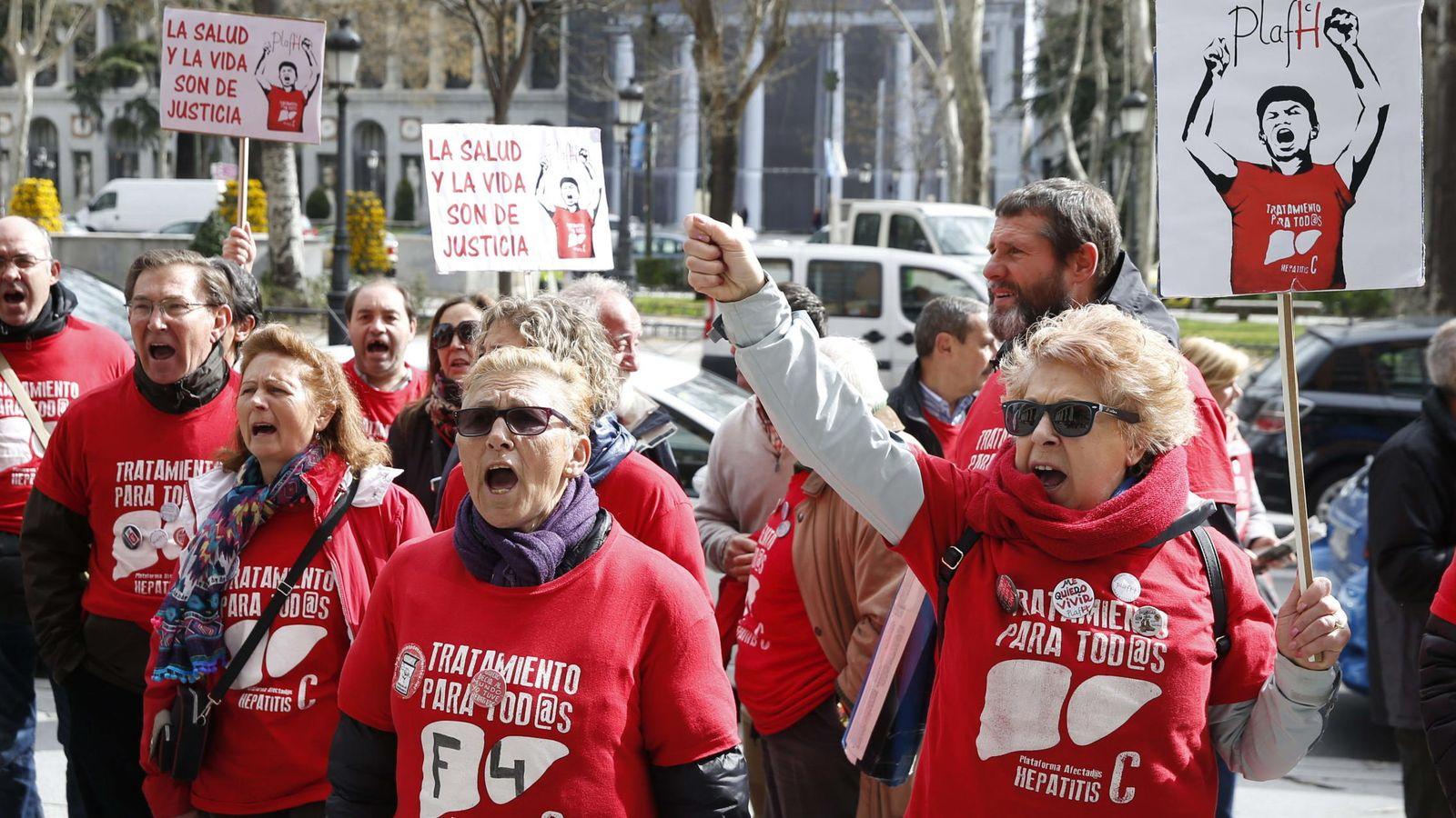 Foto:  Integrantes de la plataforma de afectados por la Hepatitis C protestan ante el ministerio de Sanidad (EFE)