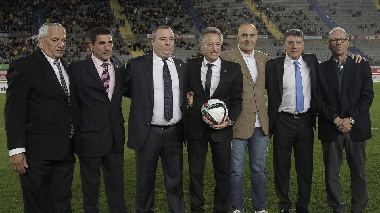 Foto: El presidente del club y de Seguridad Integral Canaria, Miguel Ángel Ramírez (3i), entregaba hace un año insignias a exjugadores de la UD Las Palmas (EFE).