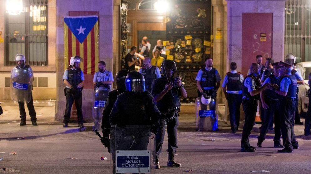 Foto: Mossos d'Esquadra protegen el Parlamento de Cataluña. (EFE)