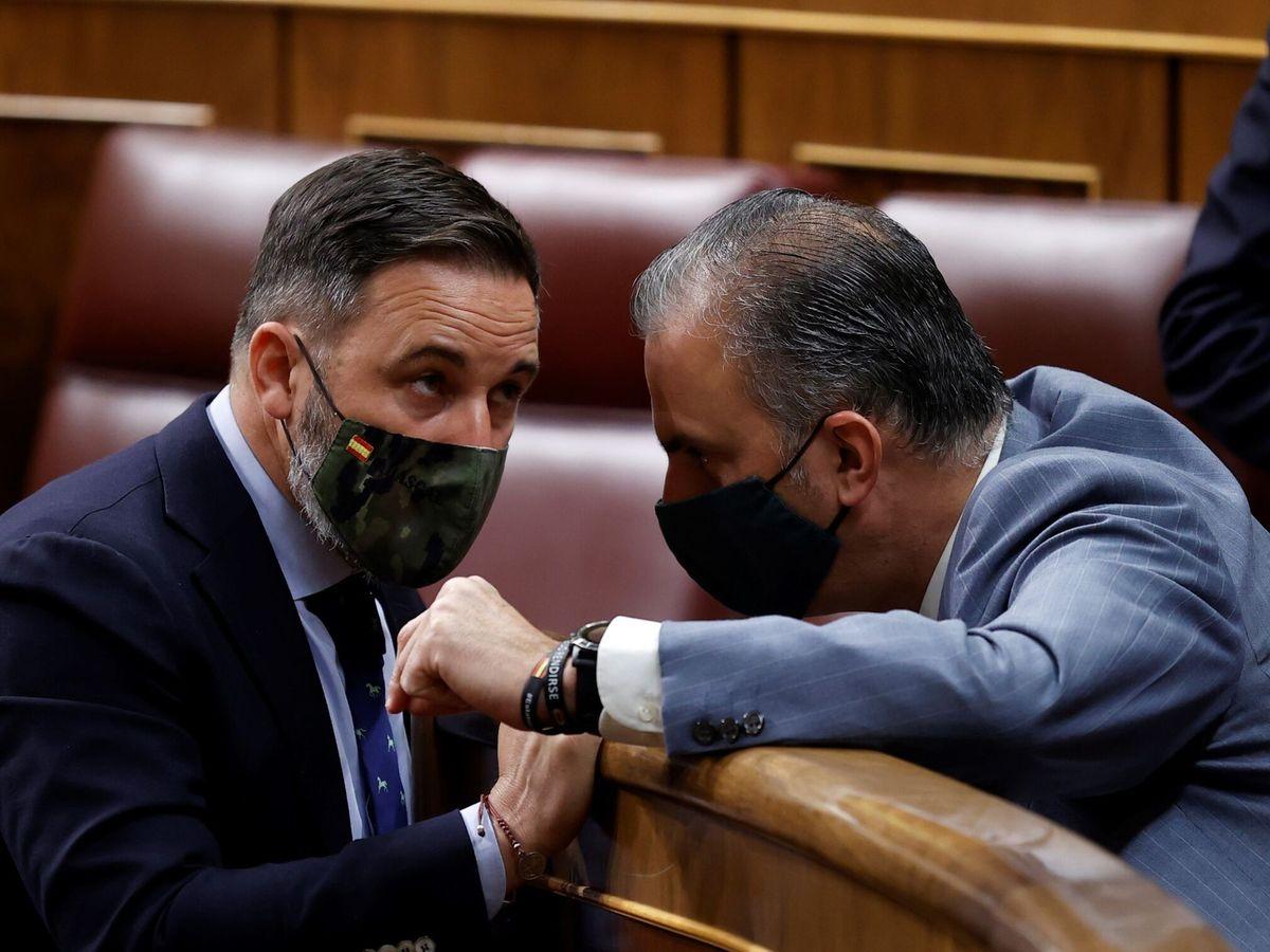 Foto: El líder de Vox, Santiago Abascal (i), conversa con el diputado Javier Ortega Smith. (EFE)