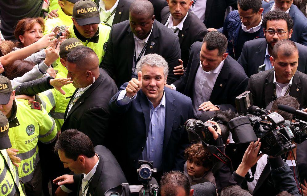 Foto: Iván Duque saluda a simpatizantes tras votar este domingo 27 de mayo, en un colegio electoral en Bogotá. (EFE)