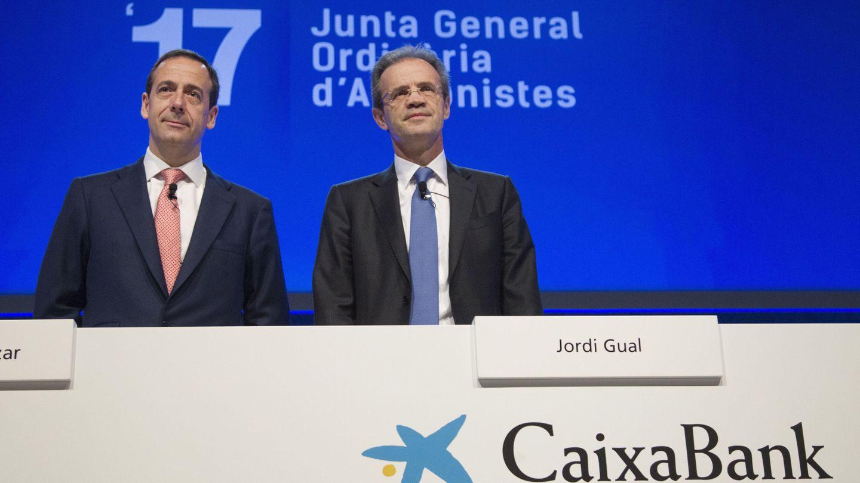 El consejero delegado de CaixaBank, Gonzalo Gortázar (i), y el presidente de CaixaBank, Jordi Gual (d). (EFE)