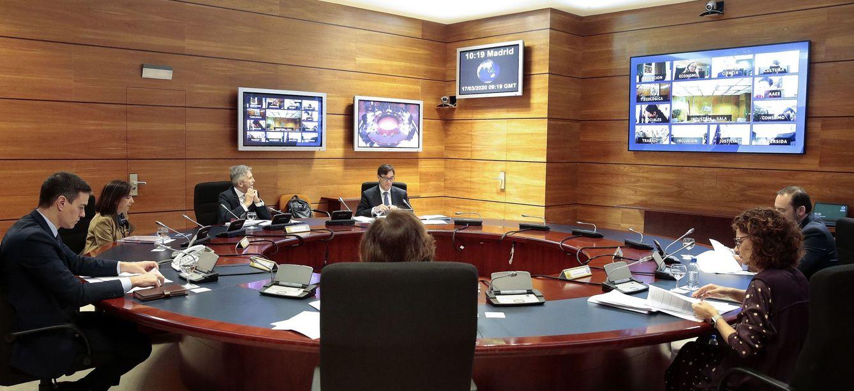Foto: Pedro Sánchez preside la reunión por videoconferencia del Consejo de Ministros, con algunos de los miembros del Gabinete presentes en el búnker de la Moncloa, este 17 de marzo. (EFE)