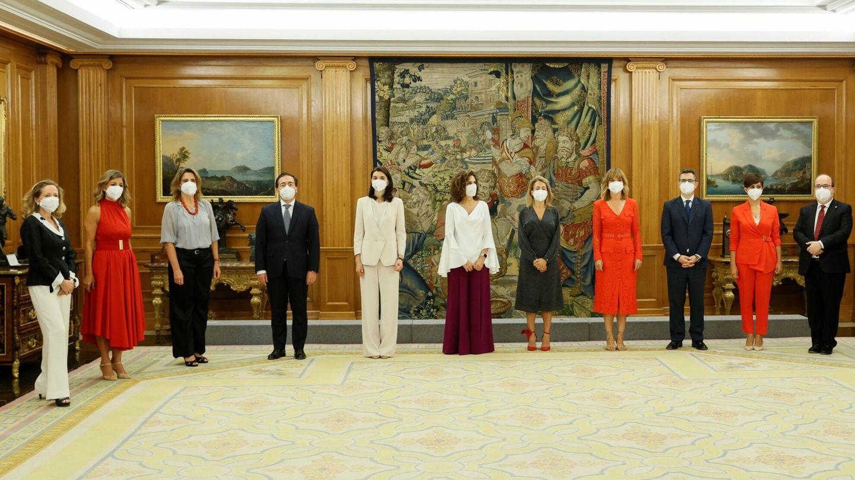 Los nuevos miembros del equipo de Gobierno, todos de lo más corporativos. (EFE)