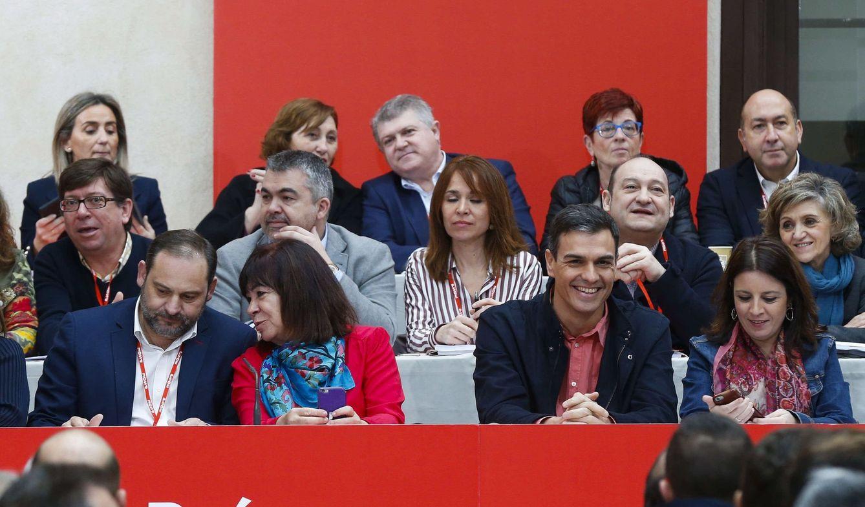 Foto: Sánchez, flanqueado por Adriana Lastra, Cristina Narbona y José Luis Ábalos y rodeado por su ejecutiva, este 17 de febrero en el comité federal de Aranjuez. (EFE)
