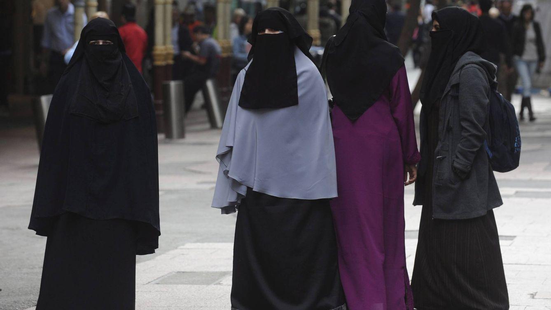 Foto: El EI aplica la sharia más extrema y obliga a la mujer a llevar un doble velo para ocultar sus ojos, guantes oscuros y 'abayas' negros diseñados por ellos. (Reuters)