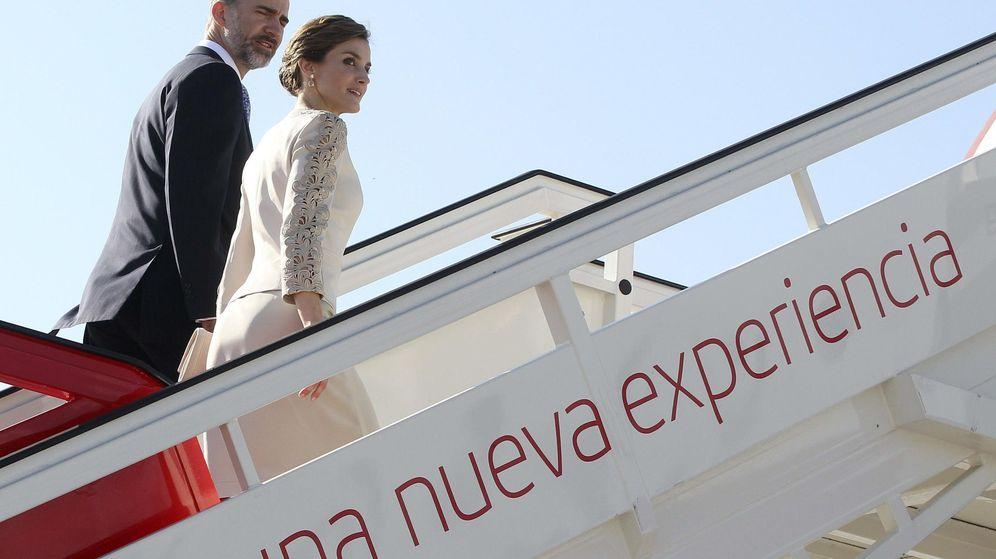 Foto: Los Reyes, en el avión, antes de emprender un viaje a París. (EFE)