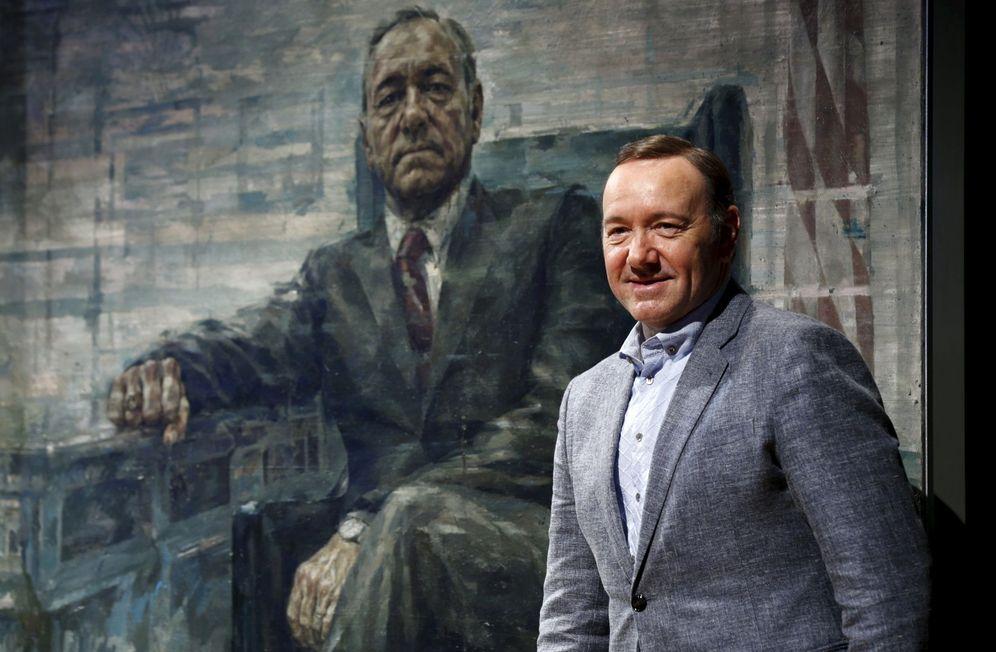 Foto: Kevin Spacey posa ante un retrato de Francis Underwood, su personaje en 'House of Cards'. (Reuters)