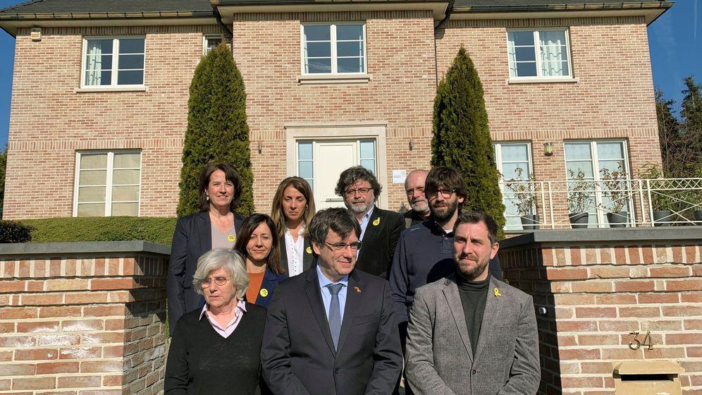 Foto: El expresidente de la Generalitat de Cataluña, Carles Puigdemont (c), junto a sus exconsejeros en una foto de archivo. (EFE)
