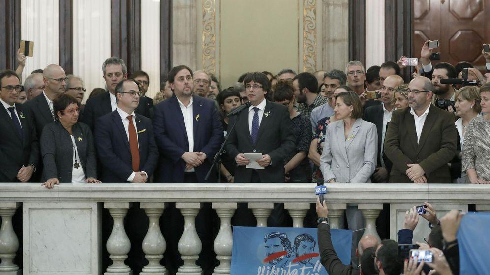 Foto: El presidente de la Generalitat, Carles Puigdemont (c) junto al vicepresidente del Govern y conseller de Economía, Oriol Junqueras, tras declarar la independencia en el Parlament. (EFE)