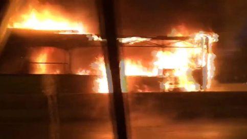 Aparatoso incendio de un autobús interurbano en Madrid