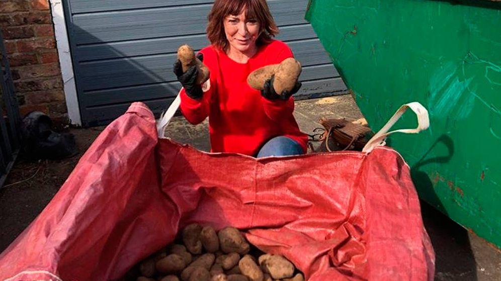 Foto: Susan Herdman, de 51 años, con algunas de las patatas que ha regalado a sus vecinos (Foto: Facebook)