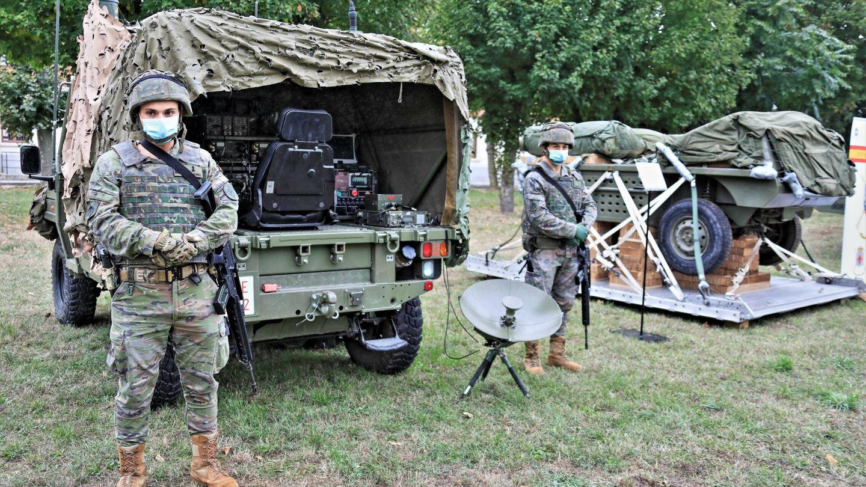 Las mulas de los paracaidistas. En primer término, el Falcata de mando y control, al fondo el Q-150D cargado de pertrechos. (Juanjo Fernández)