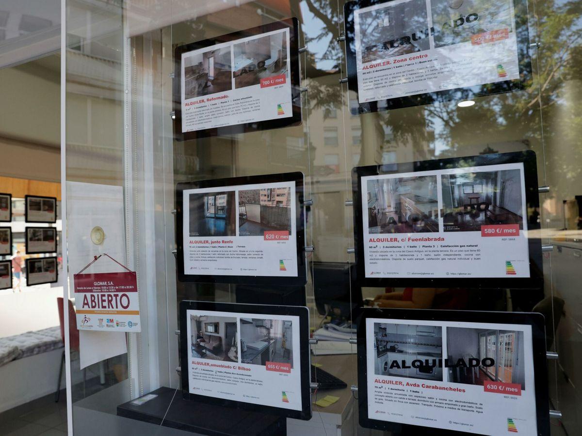Foto: Anuncios de pisos y casas en venta y alquiler en el escaparate de una inmobiliaria en Madrid. (EFE)