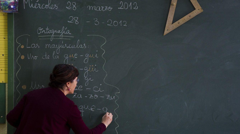 Foto: Una profesora escribe en la pizarra de un colegio público español. (Reuters/Sergio Pérez)