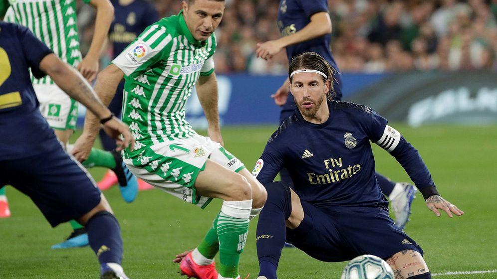 Foto: Joaquín disputa un balón con Sergio Ramos. (aefea)