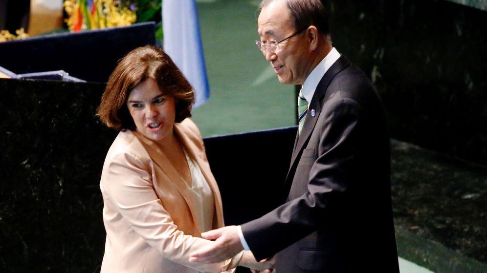 Foto: La vicepresidenta del Gobierno de España, Soraya Sáenz de Santamaría (i) saluda al secretario general de la ONU, Ban Ki-moon (d). (EFE)