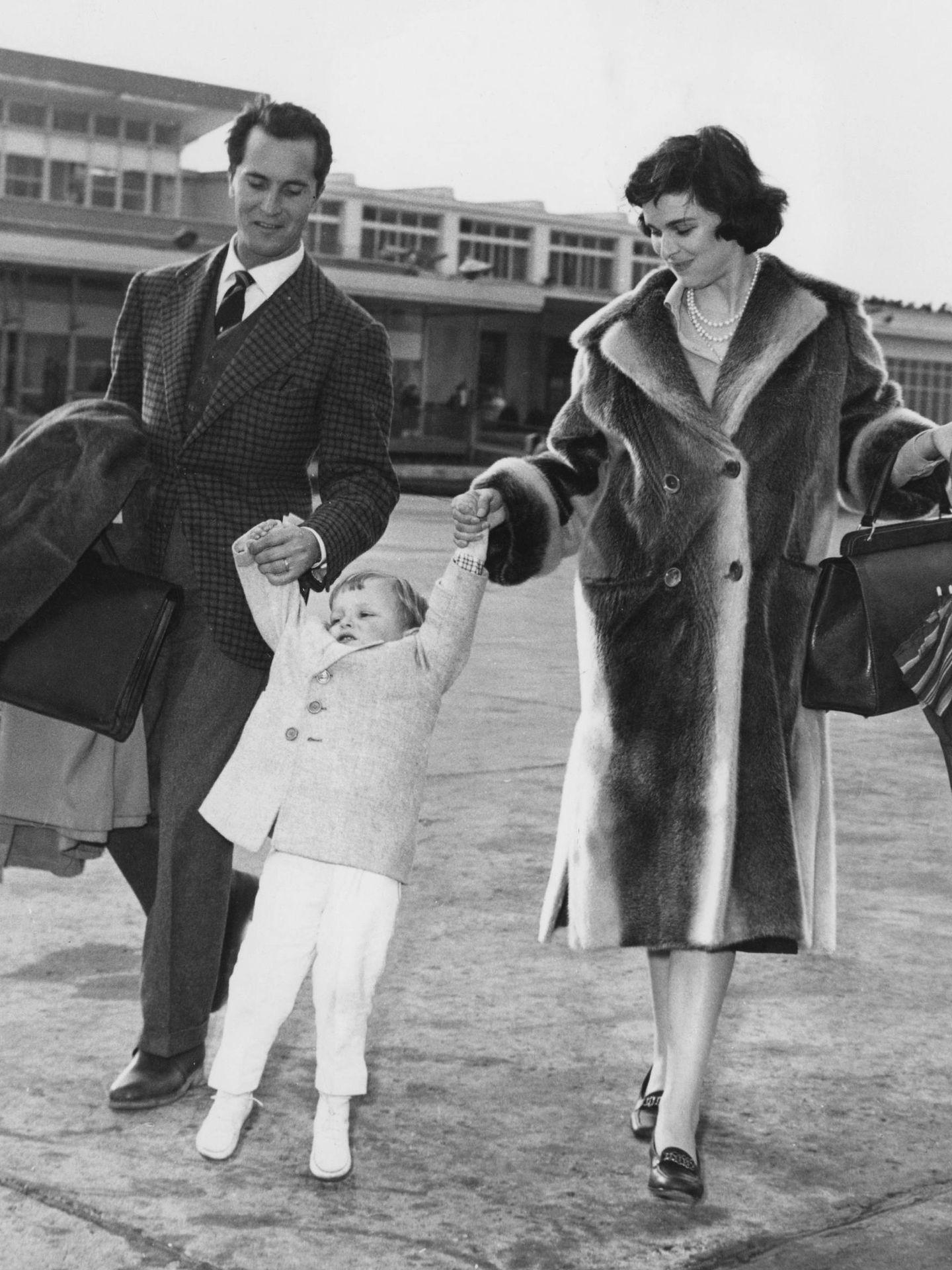 La pareja junto a su hijo, Miguel Bosé. (Getty)