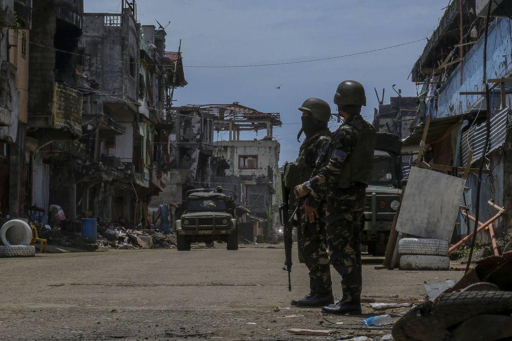Foto: Dos soldados del ejército filipino en el Este de Marawi durante la ofensiva contra el Estado Islámico. (A. Ponce)