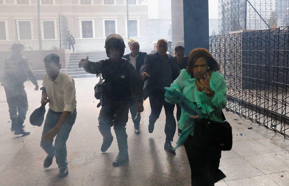 Foto: Miembros de la Guardia Nacional ayudan a diputados que huyen de la Asamblea durante el asalto. (Reuters)