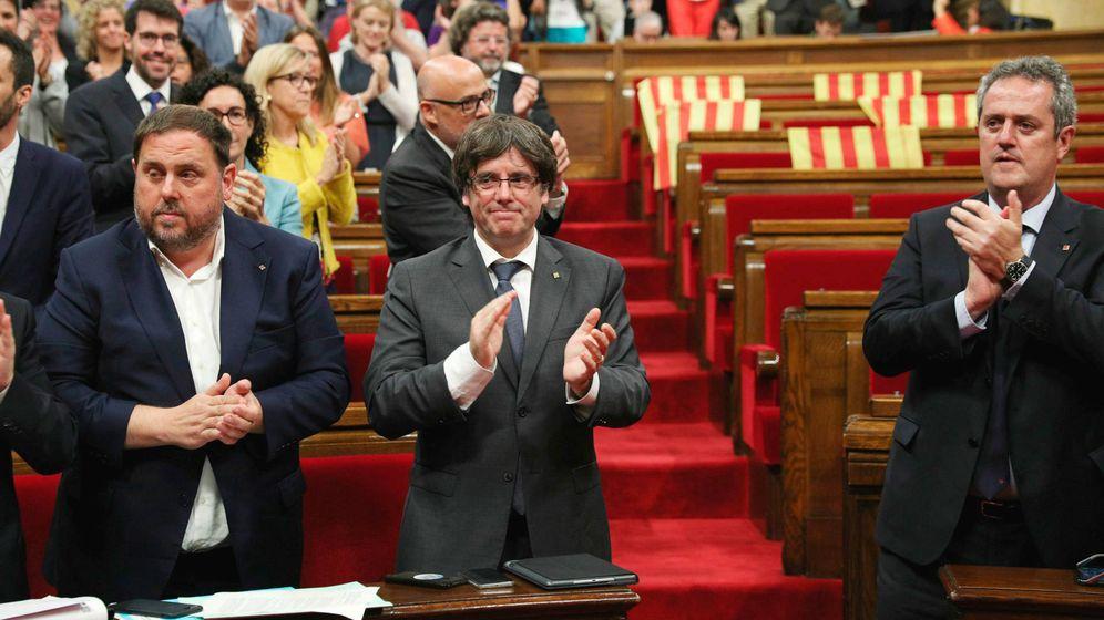 Foto: Junqueras y Puigdemont, en el Parlament, tras aprobar la independencia. (EFE)