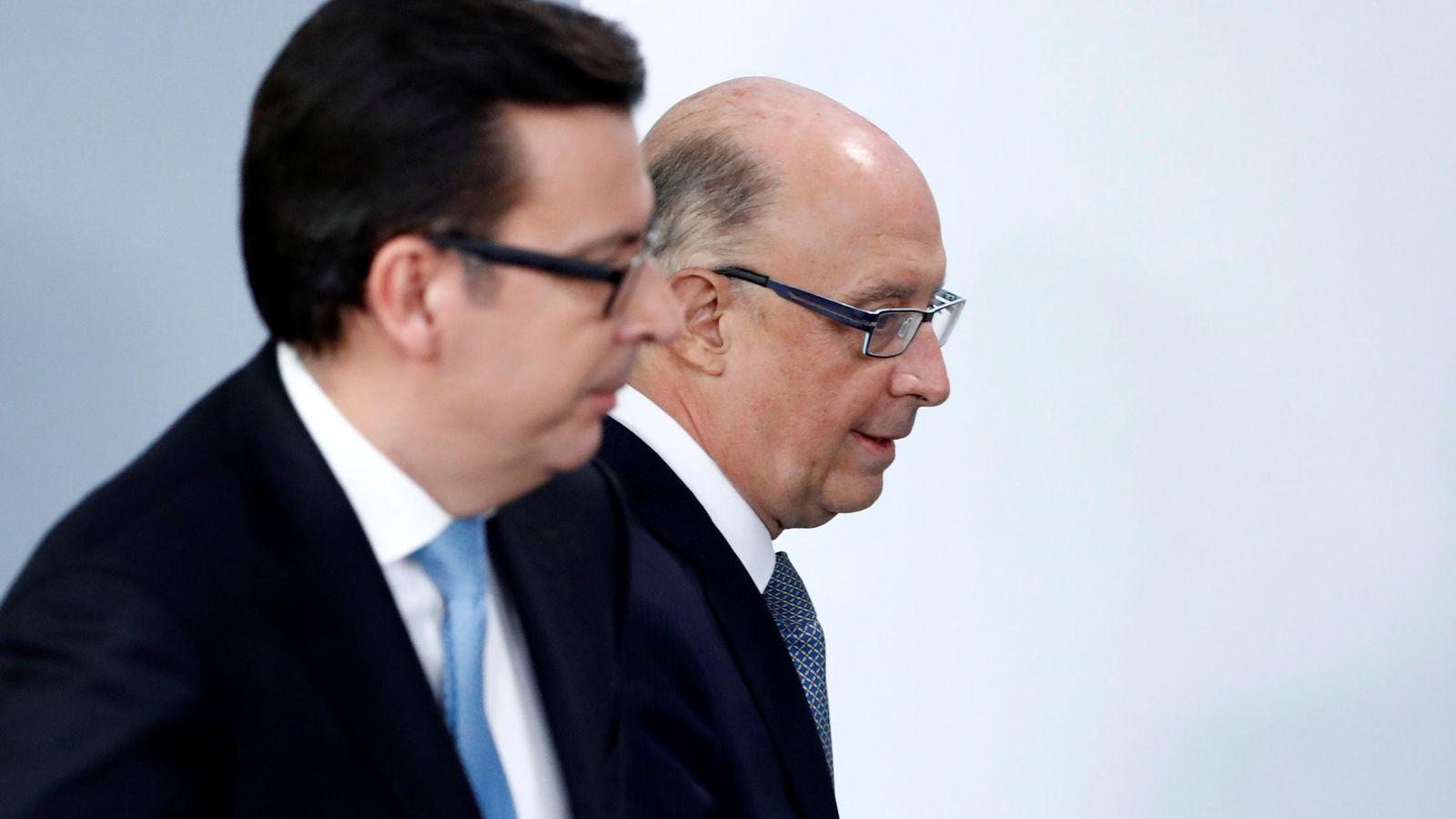 Foto: El ministro de Economía, Román Escolano, y el de Hacienda, Cristóbal Montoro. (Reuters)
