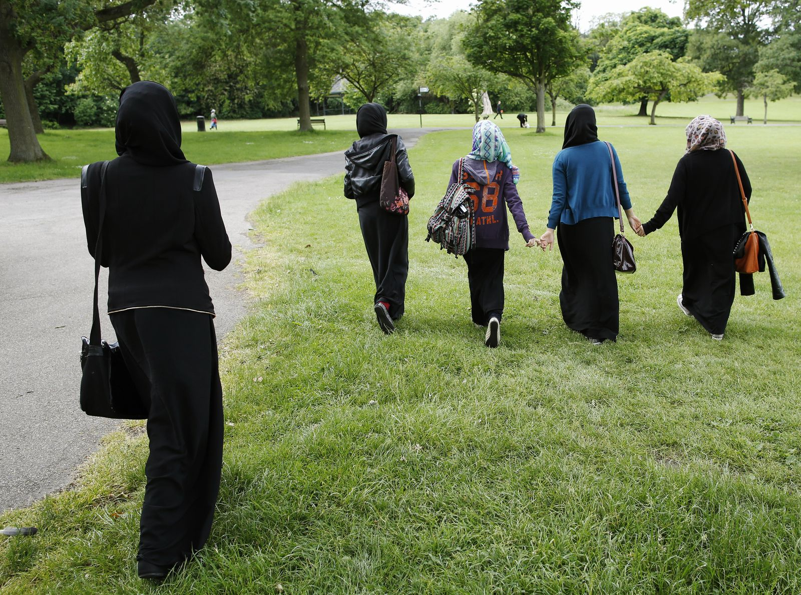 Foto: Varias jóvenes británicas caminan por un parque en Hackney, en el Este de Londres, en una imagen de junio de 2013 (Reuters)