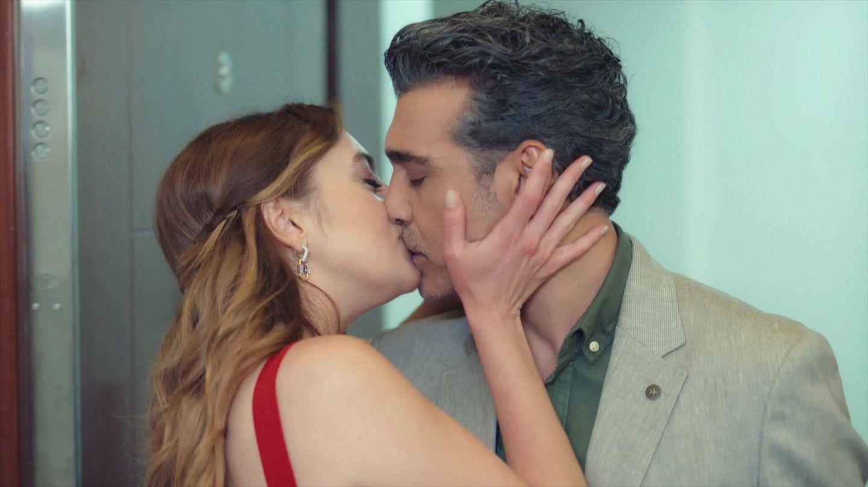 Derin, besándose con Volkan. (Kanal D)