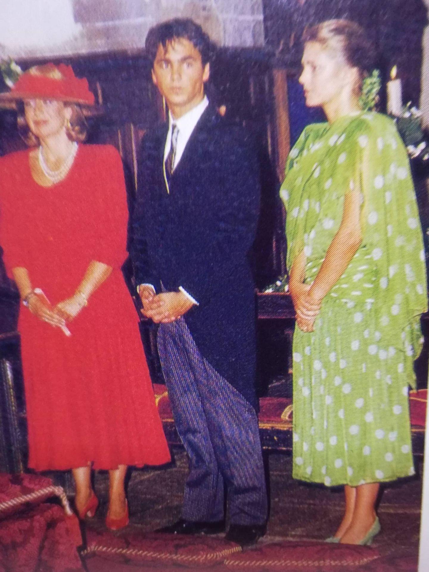 En la boda de su hermana Cecilia, junto a su hermano Luis y la princesa Nora. (Foto: Revista 'Tiempo')