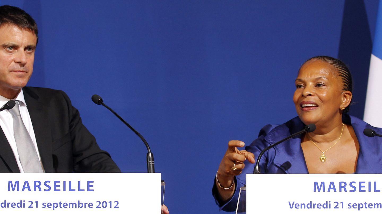 El titular de Interior, Manuel Valls, junto a Taubira durante una rueda de prensa en Marsella (Reuters).