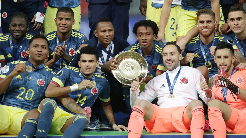 Los jugadores colombianos celebran el tercer puesto. (Reuters)
