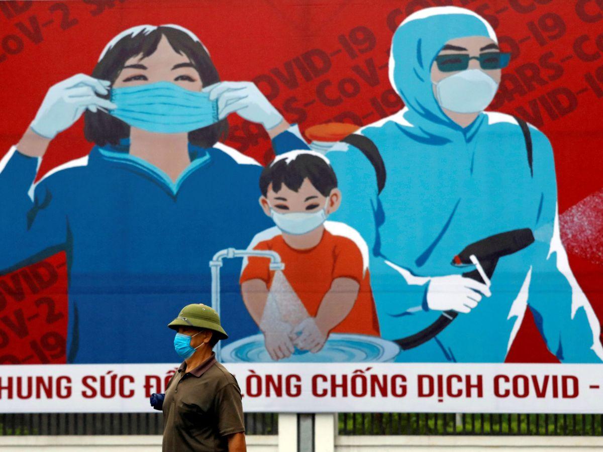 Foto: Un hombre con mascarilla en Hanoi. (Reuters)