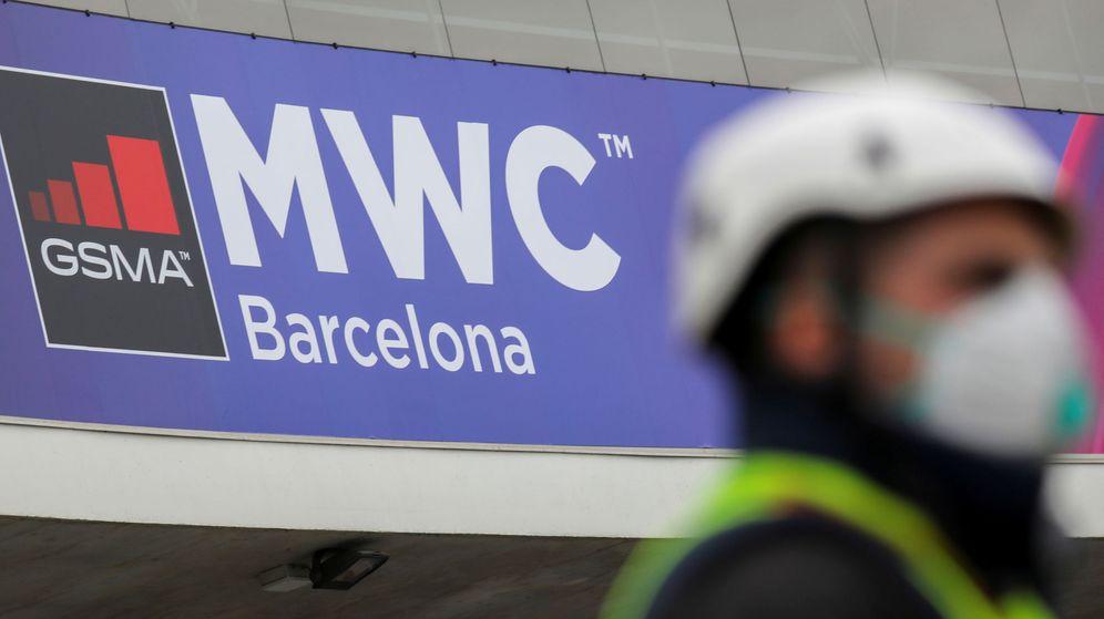 Foto: Un operario, días antes de la cancelación del Mobile World Congress. (Reuters)