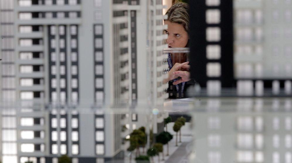 Foto: Una profesional del sector inmobiliario durante una feria. (EFE)
