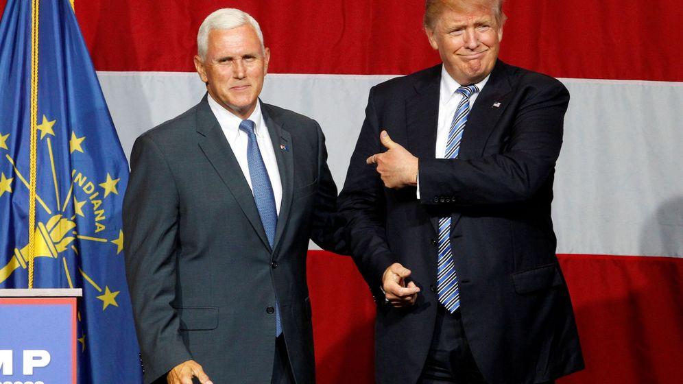 Foto: Donald Trump señala a Mike Pence durante un acto de campaña en Westfield, Indiana, el 12 de julio de 2016 )Reuters)