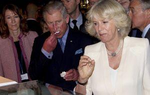 Saludos efusivos y hasta desmayos durante la recepción de los Príncipes a Carlos y Camilla
