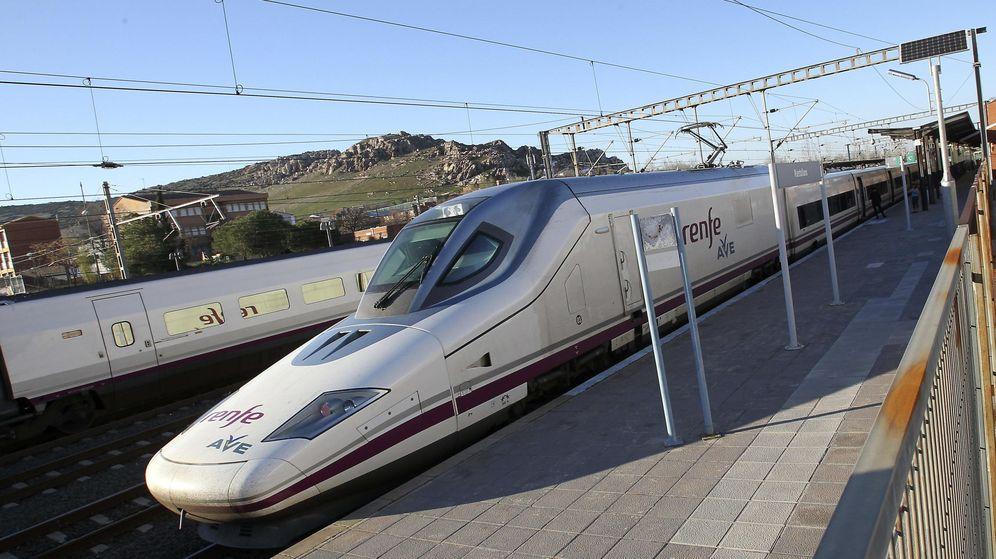 Foto: Un tren de alta velocidad con destino a la estación madrileña de Atocha. (EFE)
