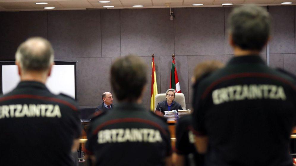 Foto: Juicio contra seis agentes de la Ertzaintza por la muerte de Íñigo Cabacas. (EFE)